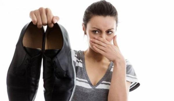 Το σπιτικό κόλπο για να μην μυρίζουν τα παπούτσια! - Βίντεο