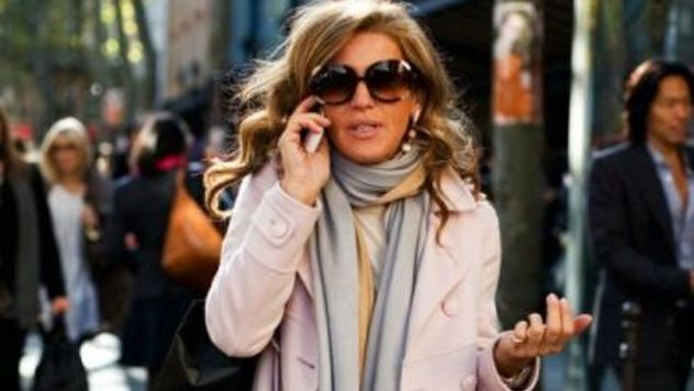 Τρόποι να φορέσει το κασκόλ του χειμώνα μια στιλάτη γυναίκα άνω των 40