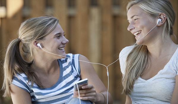 Ξέρεις γιατί δεν πρέπει να μοιράζεσαι τα ακουστικά σου με τον καθένα;