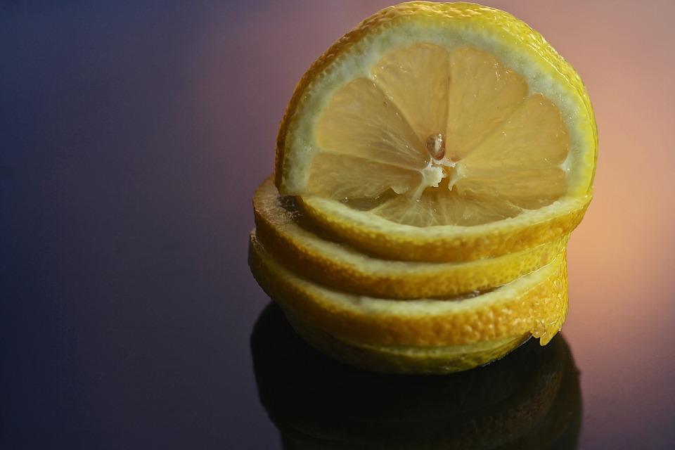Δείτε τι θα συμβεί αν βάλετε μια φλούδα λεμονιού στο πλυντήριο πιάτων