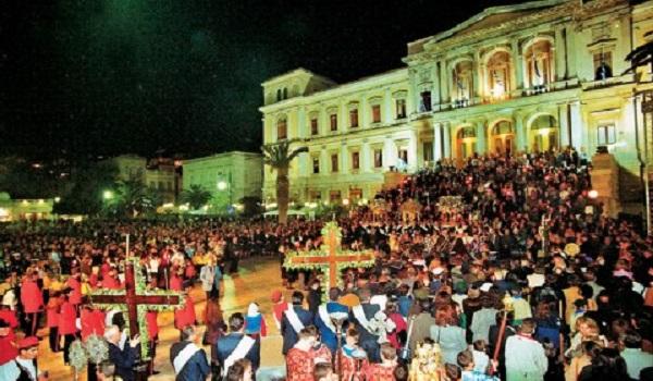 Πάσχα στη Σύρο. Δύο διαφορετικές χριστιανικές κοινότητες γιορτάζουν ταυτόχρονα