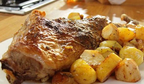 Πάσχα στο σπίτι: Αρνάκι και κατσικάκι στο γιορτινό τραπέζι