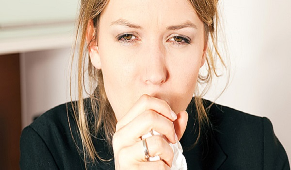 Βήχας που κρατάει για μέρες: Όλοι οι πιθανοί λόγοι που σας ταλαιπωρεί