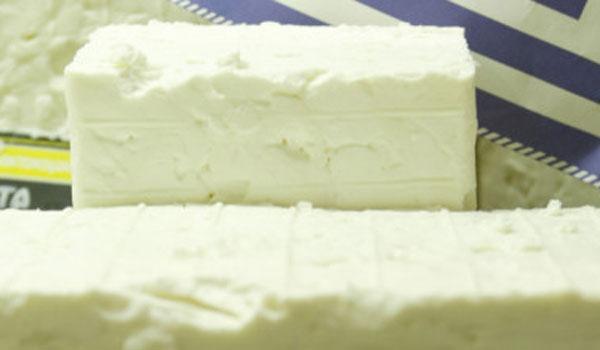 Φέτα: Διατροφικά στοιχεία για το εθνικό μας τυρί. Τι προσφέρει και τι κινδύνους κρύβει