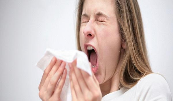 Κόβετε το φτάρνισμα; Δείτε τους σοβαρούς κίνδυνους που κρύβει αυτή η συνήθεια