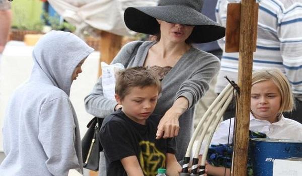 Angelina Jolie: Εντυπωσιακή σε βόλτα με τα παιδιά μετά τα δημοσιεύματα την αποκαλούν... αποστεωμένη