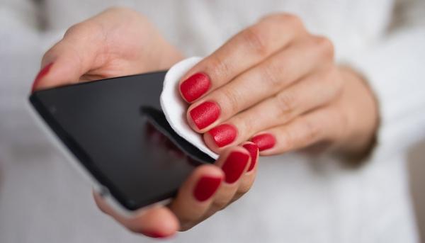 Κορονοϊός: Ετσι απολυμαίνουμε σωστά το κινητό τηλέφωνο – Ο ιός μένει για μέρες