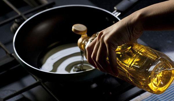 Μαύρισε το τηγάνι; Το πανεύκολο trick για να το καθαρίσεις και να μην το πετάξεις