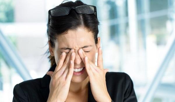 Δείτε 6 συνήθειες που μάλλον έχετε και εσείς και γερνάνε τα μάτια σας