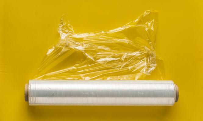 Πλαστική μεμβράνη: Το κόλπο για να μην κολλάει ποτέ καθώς την ανοίγετε!