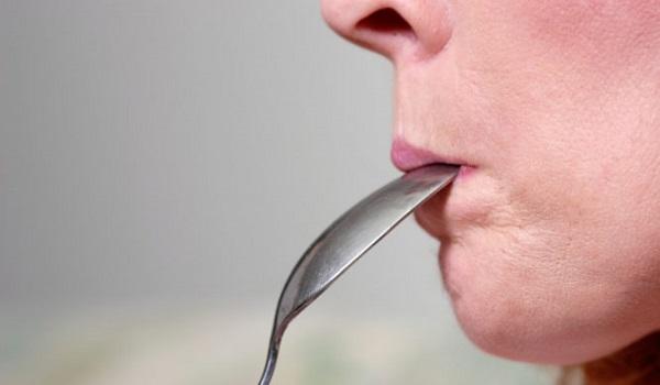 Μεταλλική γεύση στο στόμα: Πού οφείλεται και τι μπορείτε να κάνετε