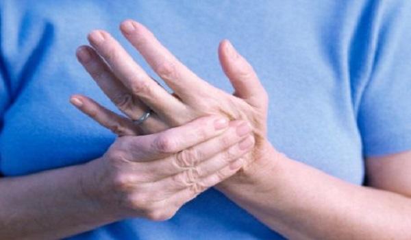 Μούδιασμα στα άκρα: Ποιες σοβαρές παθήσεις μπορεί να κρύβει