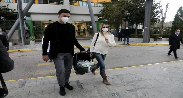 Τζένη Μπαλατσινού: Συγκινημένη κατά την έξοδό της από το μαιευτήριο