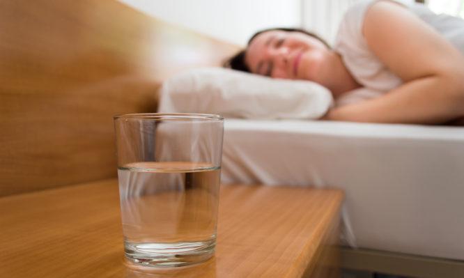 Γιατί δεν πρέπει να πίνεις το νερό που αφήνεις δίπλα στο κρεβάτι σου