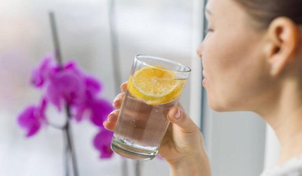 Νερό με λεμόνι: Πότε μπορεί να σας βοηθήσει πραγματικά στο αδυνάτισμα