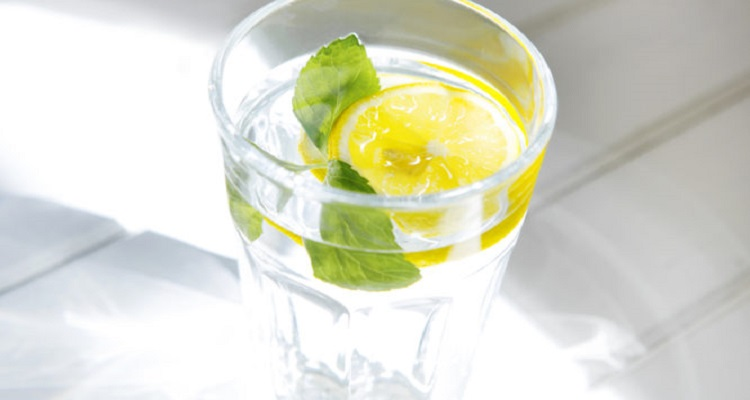 Να τι κερδίζετε αν ξεκινάτε την ημέρα σας πίνοντας νερό με λεμόνι
