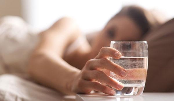Τι συμβαίνει στο σώμα αν πίνετε νερό με άδειο στομάχι μόλις ξυπνάτε