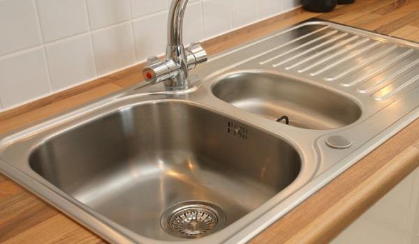 Κίνδυνος θανάσιμης μόλυνσης από τον ανοξείδωτο μεταλλικό νεροχύτη στην κουζίνα
