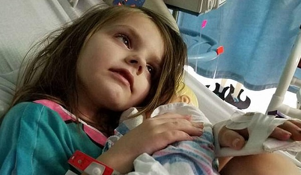 Η σκληρή πραγματικότητα του παιδικού καρκίνου. Η φωτογραφία μιας μαμάς που έγινε viral