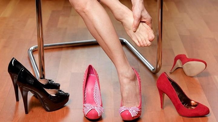 """Το κόλπο για να μη σε """"χτυπήσουν"""" ποτέ ξανά τα παπούτσια"""