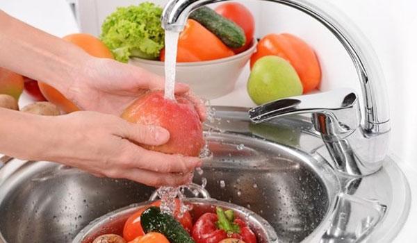 Ποιες τροφές πρέπει να πλένετε πάντα και ποιες να μην πλένετε ποτέ!