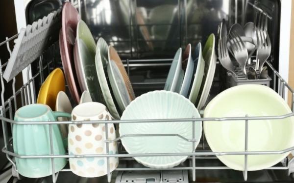 Αυτό είναι το λάθος που κάνουν σχεδόν όλοι πριν βάλουν τα πιάτα στο πλυντήριο