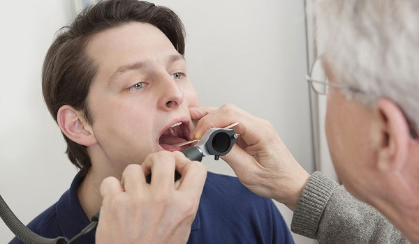Επίμονος πονόλαιμος: Πότε είναι σύμπτωμα καρκίνου αμυγδαλής