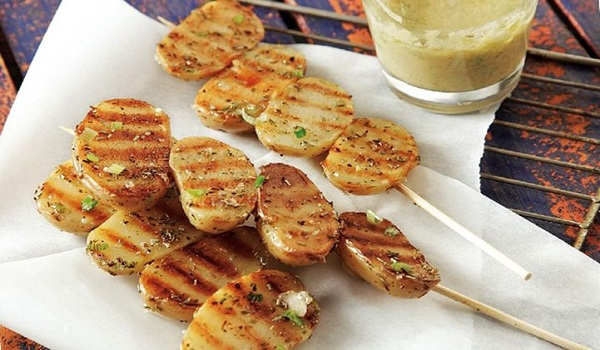 Σουβλάκια πατάτας με σάλτσα μουστάρδας