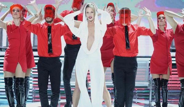 """YFSF: Η Στικούδη """"έβαλε φωτιά"""" ως Kylie Minogue!"""