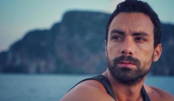 Ο Σάκης Τανιμανίδης κάνει  live πρόβα  για το γαμπριάτικο κοστούμι: Ποιο είναι το δίλημμα;