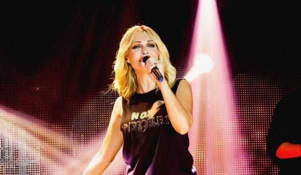 Η Νατάσα Θεοδωρίδου στην πρώτη δωρεάν, drive-in συναυλία