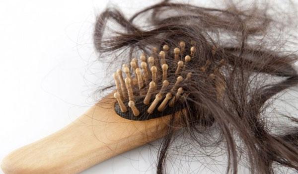 Τριχόπτωση: 16 απίθανοι λόγοι που πέφτουν τα μαλλιά σας