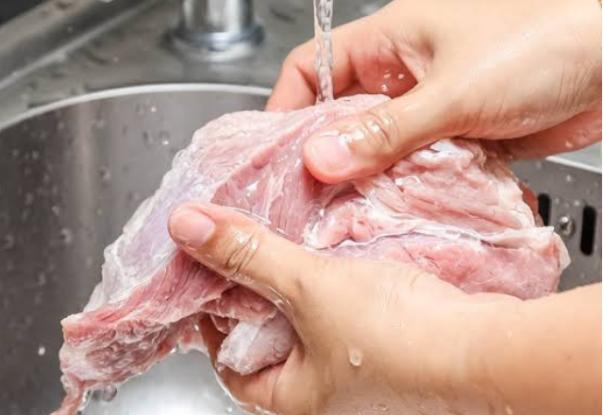 Ποιες τροφές πρέπει να πλένετε πάντα και ποιες απαγορεύεται!