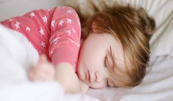 Πώς ο μεσημεριανός υπνάκος βοηθάει τα παιδιά ψυχολογικά και βαθμολογικά