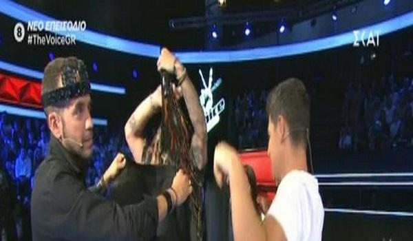The Voice: Χαμός όταν Ρουβάς και Μουζουράκης έγδυσαν διαγωνιζόμενο επί σκηνής
