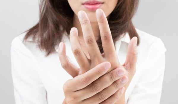 Μούδιασμα στα άκρα: Όλες οι ύπουλες αιτίες – Πότε πρέπει να πάτε στο γιατρό