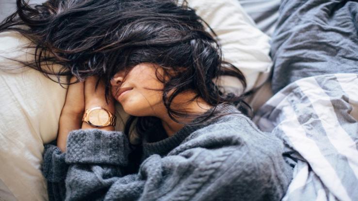 Γιατί δεν πρέπει να κοιμόμαστε ποτέ με βρεγμένα μαλλιά