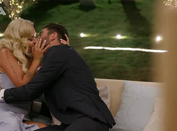 Τhe Bachelor: Το παθιασμένο φιλί Έλενας και Παναγιώτη θα προκαλέσει πανικό στη βίλα