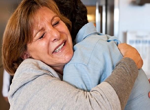 Τα άγνωστα οφέλη της αγκαλιάς: 8 λόγοι να έρθουμε κοντά