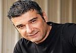 Κώστας Αποστολάκης: Πήγα να κάνω το μαλλί μου μαύρο και έγινα σαν τον Τσαουσόπουλο