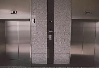 Ακόμα και μισή ώρα παραμένει ο κορονοϊος μέσα στο ασανσέρ