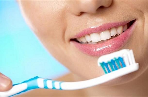 Γιατί πρέπει να πλένεις τα δόντια ή να τρως με το αντίθετο χέρι μερικές φορές το μήνα