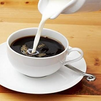 Αν βάζεις γάλα στον καφέ σου, ιδού τρεις λόγοι να το ξανασκεφτείς