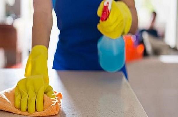 Έτσι καθαρίζει το σπίτι του σε 7 κινήσεις ένας μικροβιολόγος