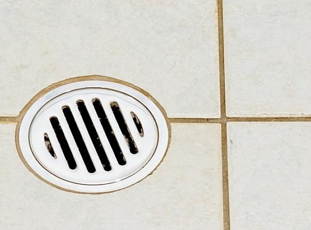 Πως να καθαρίσω το σιφόνι του μπάνιου από οσμές και υγρασία