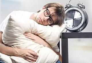 Ο κακός ύπνος βλάπτει το έντερο, όσο και η κατάχρηση του αλκοόλ