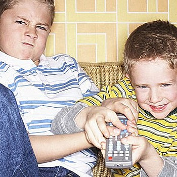 Αντιζηλία μεταξύ αδελφών: Πώς πρέπει να αντιδράσουν οι γονείς;