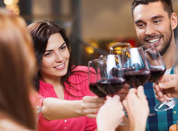 Αλκοόλ: Πόσες θερμίδες έχουν τα ποτά των εορτών