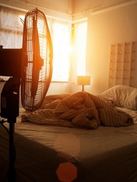 Κοιμάστε με τον ανεμιστήρα ανοιχτό; Καλύτερα να το ξανασκεφτείτε