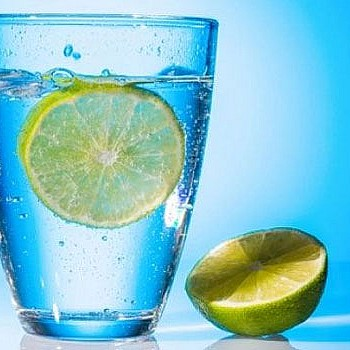Πώς να φτιάξεις μόνος σου το απόλυτα υγιεινό ενεργειακό ποτό